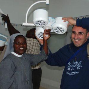 Aprile 2009_ Sister Naomi e il nostro Presidente Pasquale Coppola alle prese con gli ultimi lavori alla prima sala operatoria